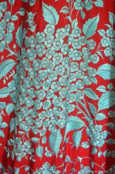 Antigüedades: Mantón de Manila antiguo bordado en seda a mano en azul sobre rojo…