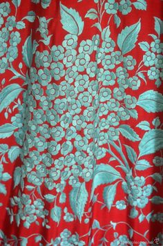 Antigüedades: Mantón de Manila antiguo bordado en seda a mano en azul sobre rojo… Hand Embroidery Designs, Floral Embroidery, Chinese Embroidery, Bohemian Print, Chantilly Lace, Embroidered Silk, Textile Art, Print Patterns, Machine Embroidery