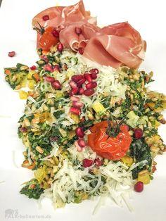 Grünkohl-Dinkel-Risotto mit Wurzeln und Obst, dazu Parmaschinken, Salami und Pecorino