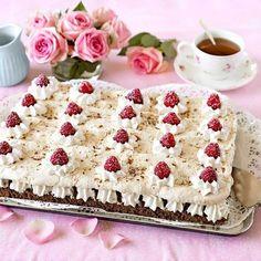 Det är praktiskt att baka tårta i långpanna. Chokladtårta med maräng, hallon & mintchokladgrädde räcker till många och bottnarna kan bakas dagen innan kalaset.