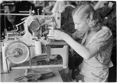 Napinläven neulontaa, Pukutehdas, Riihimäki 27.8.1941. SA-kuva-arkisto. - making buttonholes