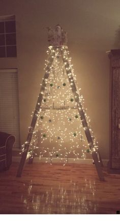 50 Best DIY Wooden Christmas Decor Ideas / Inspo - Hike n Dip - - Here are the best Wooden Christmas Decor Ideas. These Wooden Christmas Crafts, Christmas Trees & ornament are perfect for rustic & farmhouse Christmas decor. Ladder Christmas Tree, Wooden Christmas Crafts, Farmhouse Christmas Decor, Rustic Christmas, Christmas Holidays, Xmas Tree Decorations, Alternative Christmas Tree, Creation Deco, Diy Weihnachten