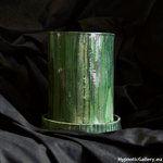 Olive green metallic flowerpot in cylinder shape. Oliwkowo zielona doniczka w kształcie walca.