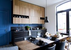 ikea kitchen, bright blue wall and woodwork, dark bottom cabinets Kitchen Living, New Kitchen, Kitchen Interior, Ikea Inspiration, Ikea Metod Kitchen, Kitchen Cabinets, Beautiful Kitchens, Cool Kitchens, Ikea Deco