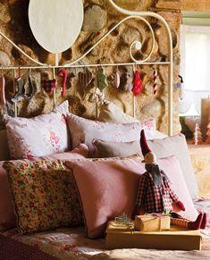 En la cama  Adornos de tela y muñeco de Blaubloom. Edredón, plaid y cojines lisos de Filocolore. El de flores es de Foimpex.
