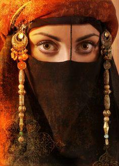 Eyes behind the Veil Arabian Women, Arabian Beauty, Arabian Eyes, Niqab, We Are The World, People Around The World, Hidden Beauty, Arabian Nights, Headgear