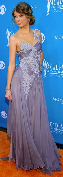 ❥ what an amazing dress~ lavender--one of my favorite dresses Taylor has wore!