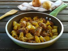 Oggi vi propongo un secondo piatto davvero gustoso: Salsiccia con patate e cipolle cotte in padella! Un piatto completo da servire sia a pranzo che a cena