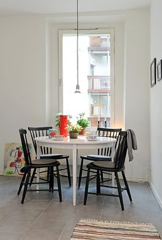cute table and chairs Cottage Living, Home And Living, Bright Dining Rooms, Round Dining Table, Fine Dining, Decorating Small Spaces, Home Decor Kitchen, Living Room Chairs, Apartment Living