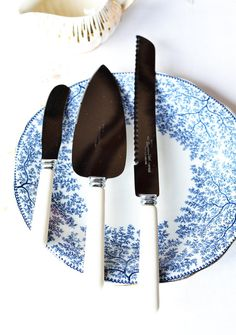 All you ever need to serve up delicious cake! 'Vintage English Sheffield cake / pie serving set, 3 piece set: Sutherlands stainless steel pie / cake slice, butter knife, carving knife on Etsy, £17.28'
