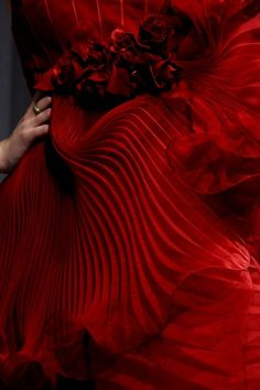 It's all in the detail~Marchesa❣ On that red carnation grind! Red Fashion, Fashion Details, Or Rouge, I See Red, Simply Red, Red Aesthetic, Shades Of Red, Marchesa, Ruby Red
