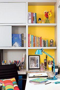 A arquiteta Renata Sandoli pintou o fundo da estante, feita pela Marcenaria Medeiros