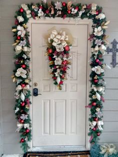 Outside Decorations, Christmas Door Decorations, Christmas Swags, Merry Christmas Card, Christmas Art, Holiday Decor, Christmas Interiors, Love Holidays, Cuisines Design