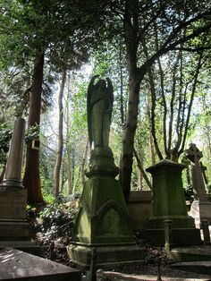 Discover Highgate Cemetery in London, England: London's creepiest cemetery was once the site of dueling magicians and mobs of stake-carrying vampire hunters. Cemetery Angels, Cemetery Art, Cemetery Statues, Highgate Cemetery London, Old Cemeteries, Graveyards, Vampire Hunter, Dark Photography, Abandoned Places