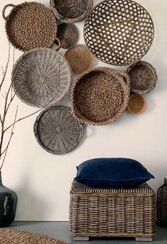Rieten manden en schalen aan de muur, leuk idee.
