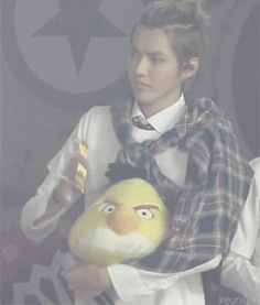 Kris violently petting his Angry Bird ≧ω≦<---Petting more like hitting to death, gosh Kris.