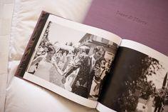 http://www.chemanaranjo.com/el-libro-de-marta-e-isaac-suave-seda-de-ciruela/    Libro-de-arte-en-bodas--17
