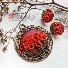 Poppies of polymer clay with their hands . Polymer Clay Necklace, Polymer Clay Pendant, Fimo Clay, Polymer Clay Art, Clay Art Projects, Polymer Clay Projects, Polymer Clay Embroidery, Polymer Clay Flowers, Clay Design