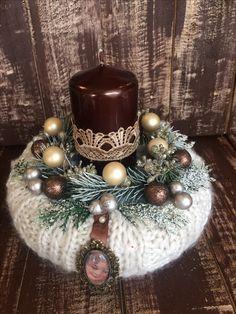 Christmas Candles, Winter Christmas, Christmas Wreaths, Christmas Bulbs, Christmas Crafts, Easy Holiday Decorations, Wood Slab, Centerpieces, Ideas