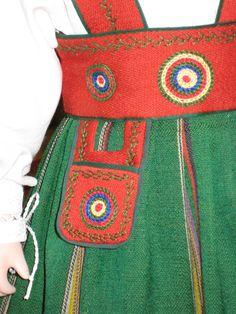 Yksityiskohta Orimattilan puvusta Apron, Fashion, Moda, Fashion Styles, Fashion Illustrations, Aprons