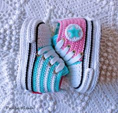 De 0 á Se Gostou Clique no ❤ Siga nosso perfiThis Pin was discovered by TaiBeauty and Things (аCrochet Baby Booties With Bows And PearlsFaixa e sapatinho de crochê com chaton de strass - 50 cores no Crochet Baby Boots, Crochet Baby Sandals, Booties Crochet, Crochet Baby Clothes, Crochet Slippers, Cute Crochet, Baby Knitting Patterns, Crochet Patterns, Crochet Converse