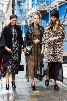 With London Fashion Week in full style swing, take a look at the best street looks spotted outside the shows. Photos by Sandra Semburg. Looks Street Style, Autumn Street Style, Looks Style, Looks Cool, Summer Street, Mode Outfits, Fashion Outfits, Fashion Trends, Style Fashion