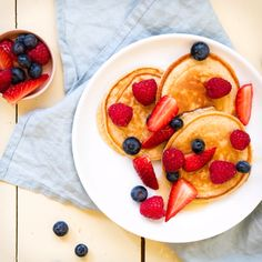 Panquecas de quark com salada de frutas - Frühstück Rezepte und Ideen - Delicious Pancakes Protein Breakfast, Healthy Breakfast Recipes, Fruit Pancakes, Snacks Sains, Salty Cake, Savoury Cake, Mini Cakes, Clean Eating Snacks, Fruit Salad