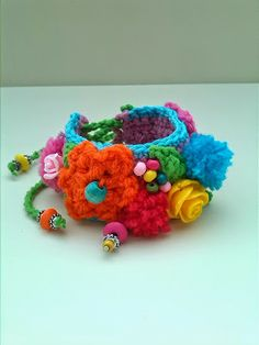 Ambela: Armbanden!!!! Crochet Video, Diy Crochet, Cheap Jewelry, Crochet Flowers, Art For Kids, Needlework, Crochet Necklace, Projects To Try, Arts And Crafts