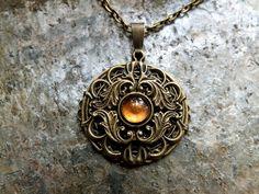"""Amulett """"Romira""""  mit goldbraunem Glascabchon - ein Schmuckstück von Julihörnchen #Julihoernchen #Schmuck #Kette #LARP #Jugendstil"""
