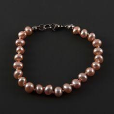Náramek růžové perly LI454. Jedinečný náramek s růžovými perlami. Náramek je vyroben ze šlechtěných sladkovodních perel o velikosti 6 až 7 mm, kvalita perel AA; perly jsou mezi sebou navázany uzlíkovou metodou. Délka náramku je 19 cm. Barva perel je růžová s přirozenými odlesky. Orientační váha 9,5 g. Náramek byl vyrobena v České republice.