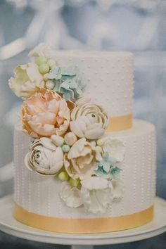 Such a pretty floral cake with gold stripes #wedding #gold #goldwedding #weddingcake #cake