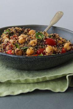 Salada de quinua, grão de bico, tomate e manjericão