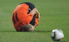 Arjen Robben doet een voetbal na
