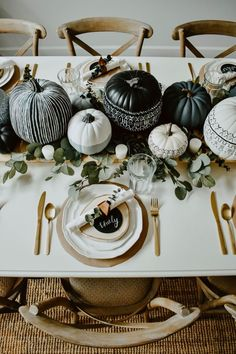DIY Mud Cloth Pumpkins + Fall Tabelscape- An easy diy tutorial to switch up the generic pumpkins with these DIY Mud Cloth Painted Pumpkins and tips on styling your pumpkins with a fall tablescape! Modern Halloween Decor, Modern Fall Decor, Fall Home Decor, Autumn Home, Elegant Fall Decor, Thanksgiving Tablescapes, Thanksgiving Decorations, Seasonal Decor, Halloween Table Decorations