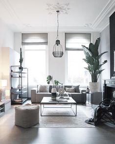 Shades of Grey! Grau ist eine neutrale Farbe, die sich meist in vornehmer Zurückhaltung übt und dabei ausgleichend und beruhigend wirkt. Dieses stilvolle Wohnzimmer ist der beste Beweis dafür! Graue Wohnaccessoires, sowie das graue Sofa sorgen für eine zeitlose und unbeschwerte Eleganz. Der angesagte Marmor-Couchtisch Luke rundet den Look perfekt ab.  Wir sind begeistert! // Wohnzimmer Sofa Grau Grey Deko Teppich Pouf Couchtisch Ideen #WohnzimmerIdeen #Wohnzimmer #Grau #Grey #Sofa…