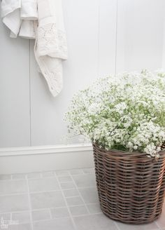 Baby's breath in a basket. Love Your Home, Beautiful Bathrooms, Thanksgiving Decorations, Home Decor Inspiration, White Flowers, Flower Power, Flower Arrangements, Sweet Home, Shabby
