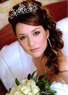 ティアラとサイドのヘアはコージャスなカールスタイル ウェディングドレス・カラードレスに合う〜ハーフアップの花嫁衣装の髪型まとめ一覧〜