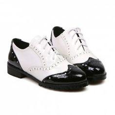 Ultimamente eu tenho tido uma queda pelos oxford!  $14.45 Vintage Women's Flat Shoes With Color Block and Carving Design