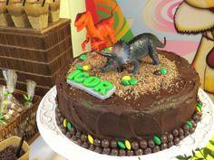 A decoração do bolo de um menino é na maioria das vezes com tema de futebol, independente da idade, mas uma ótima opção é fazer a diferença com bolos com outro tipo de decoração como, por exemplo, um bolo de dinossauro, avião, videogame, de desenhos animados use sua criatividade. Independente da decoração que você ou seu filho escolher não abra mão de ter um bolo bem trabalhado por dentro e por fora.