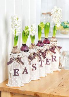 Flaschen dekorieren für Blumenzwiebeln mit Stoff. Floristik Ideen zu Ostern - mit kostenloser Anleitung