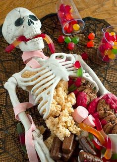 Halloween Dessert Table Skeleton Make this Halloween Dessert Table for your next party. Its quick and easy and it makes for a sweet centerpiece! The post Halloween Dessert Table Skeleton appeared first on Halloween Desserts. Spooky Halloween, Bolo Halloween, Postres Halloween, Halloween Party Themes, Halloween Dinner, Halloween Skeletons, Halloween Activities, Easy Halloween Food, Halloween Stuff