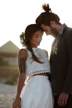 Esta linda inspiração em laise é perfeita para um casamento boho, na praia em de jardim! O cropped top sem mangas deu destaque à tattoo da noiva, dando ainda mais estilo e autenticidade ao look!
