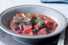Hovězí guláš s červenou řepou Beets, Pot Roast, Ethnic Recipes, Food, Red Peppers, Carne Asada, Roast Beef, Essen, Meals