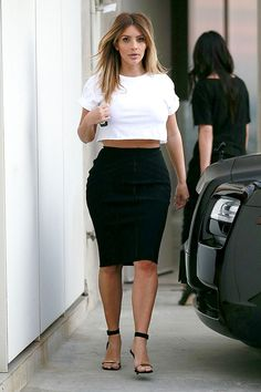 Kim Kardashian street style with crop top and pencil skirt. Kim K Style, Style Casual, Her Style, Style 2014, Look Kim Kardashian, Estilo Kardashian, Post Baby Fashion, Kylie, Skirt Outfits