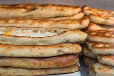 Yapılış aşamaları biraz uzun görünüyor ama bu sizi korkutmasın. Bu tarifle kır pidesi yapmak aslında çok kolay. Hamurundaki patatesle yumuşacık bir kıvama kavuşan kır pidesi için bir ıspanaklı ve peynirli iç hazırladık ama siz kıymadan patatese çeşit ç... Hot Dog Buns, Hot Dogs, Bagel, Bread, Food, Spring, Brot, Essen, Baking