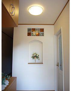玄関にあるニッチ台は飾棚に。埋込式のガラスブロックは階段の笠木にも付いている、こだわりのポイントです。