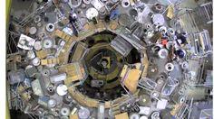 Um das Magnetfeld zu vermessen, gaben sie einen Elektronenstrahl in den Stellarator. Der bewegte sich entlang der Feldlinie durch das Plasmagefäß. Mit einem fluoreszierenden Stab lässt sich der Strahl sichtbar machen: Trafen die Elektronen auf den Stab, entsteht ein Leuchtpunkt. Der Stab wurde in der Kammer geschwenkt und machte so das in sich verdrehte Magnetfeld sichtbar.