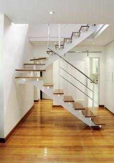 escada branca com madeira