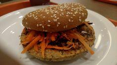 Hamburger vegetariano de legumes, pão integral com gergelim e salada de cenoura e beterraba raladas.
