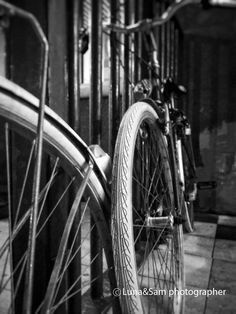 Black and white bicycle leaning against the wall - artistic picture etsyitaliateam di LunaandSam su Etsy